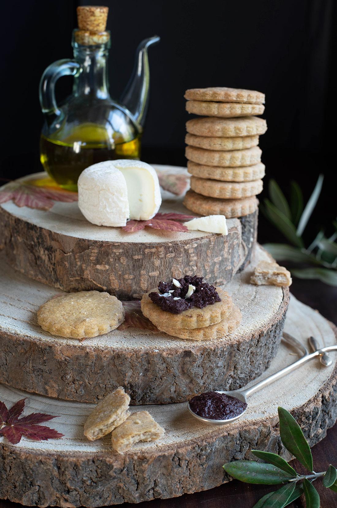 Sablés chèvre sarrasin, pâte d'olive au fromage de chèvre